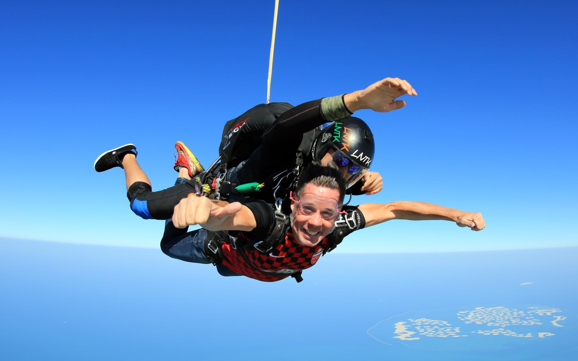 Ob tausende Meter im Fallschirm über Dubai ...
