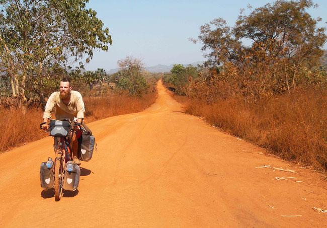 Rote Sandpisten ohne Ende in Guinea
