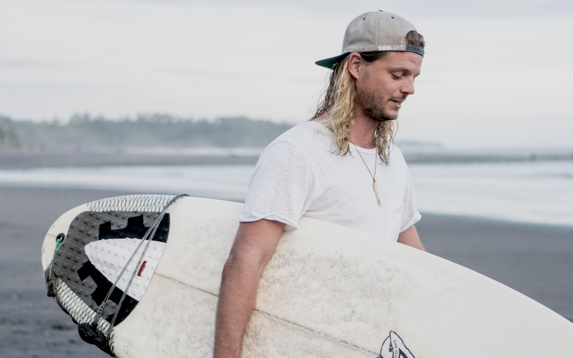 Ein Surfer und Entdecker